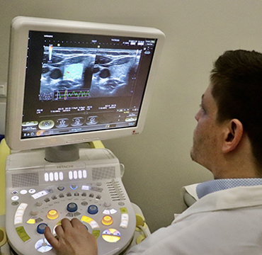 ελαστογραφία - Endokrinologe macht Elastographie der Schilddrüse